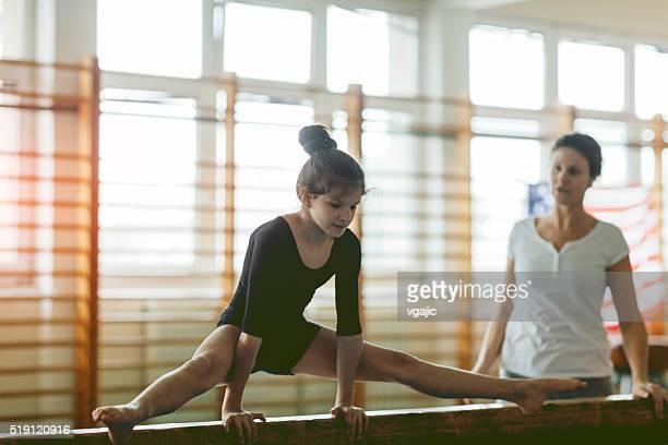 girl practicing gymnastics. - split acrobatiek stockfoto's en -beelden