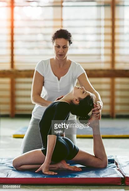 fille de pratiquer la gymnastique. - gymnastique au sol photos et images de collection