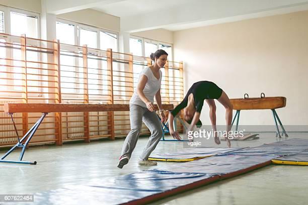 fille de pratiquer la gymnastique - gymnastique au sol photos et images de collection