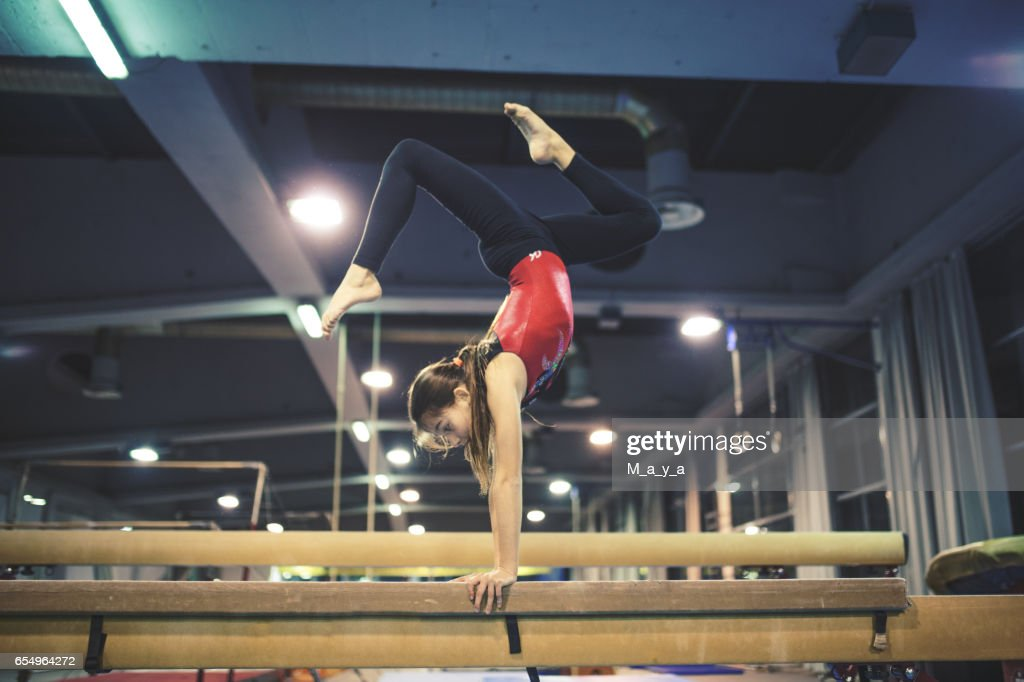 Girl practicing gymnastics : Foto de stock