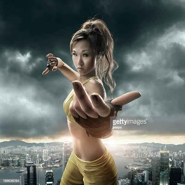 chica practicando artes marciales sobre paisaje urbano - kung fu fotografías e imágenes de stock
