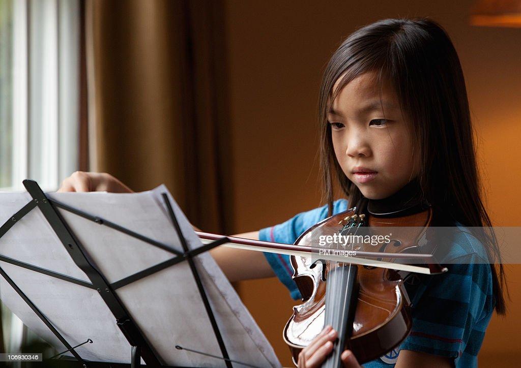 Girl practising violin : Foto de stock