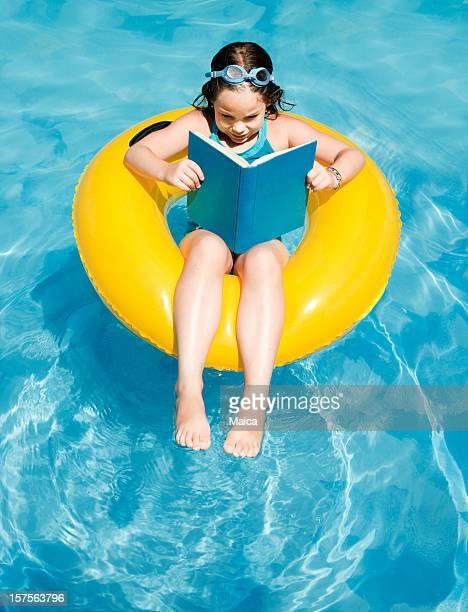 Girl readin en lifesaver