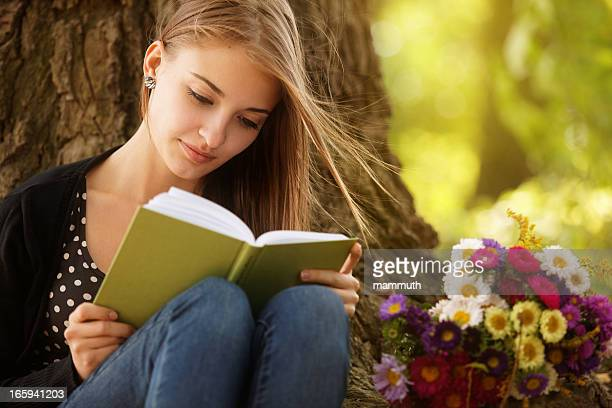 Jeune femme lisant dans la nature