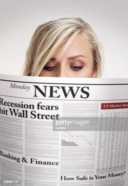 Femme lisant le journal avec économique news