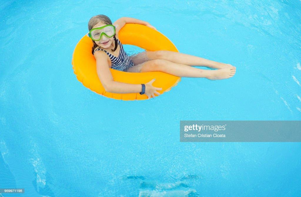 Girl relaxing in the pool : Stock-Foto
