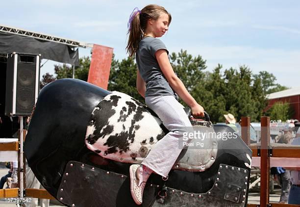 Mädchen Reiten Mechanischer Stier beim Rodeo
