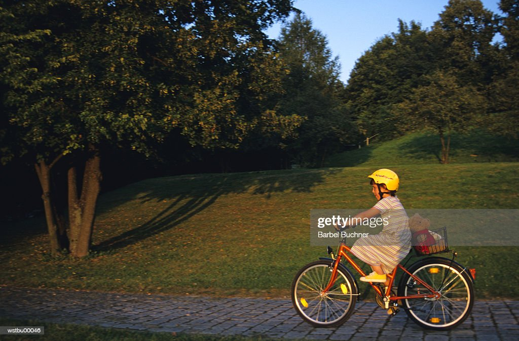 Girl riding her bicycle : Stockfoto