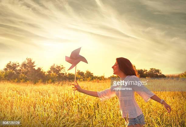 Mädchen läuft über Feld
