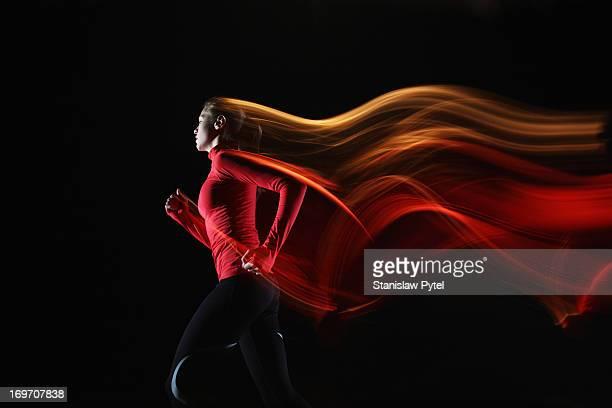 girl running and leaving light streaks - in movimento foto e immagini stock