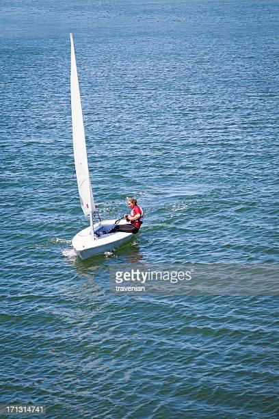 Mädchen sailing dinghy