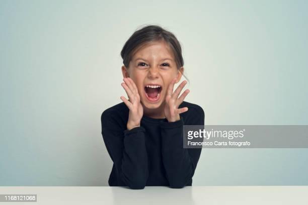 girl screaming - gridare foto e immagini stock