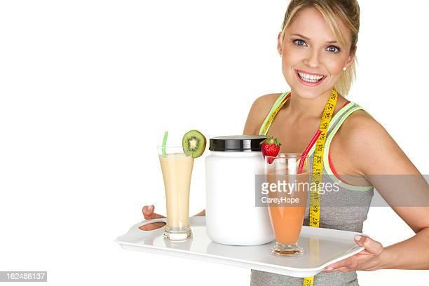 Menina servir frutos smoothies