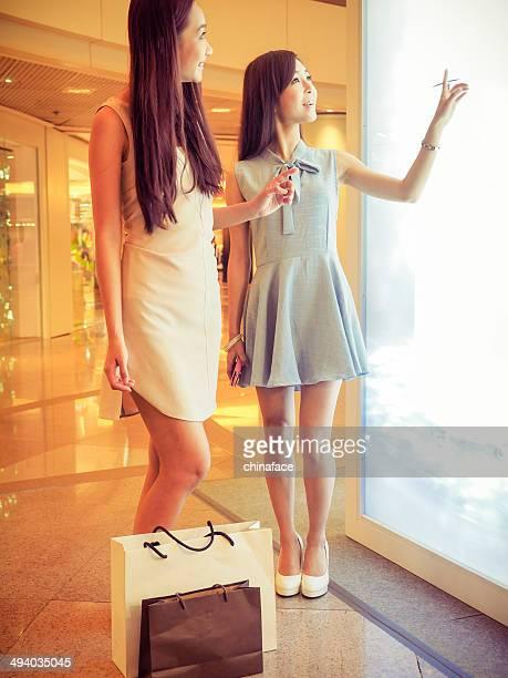 Mädchen shopping im Luxus-Einkaufszentrum in kowloon Hongkong, china