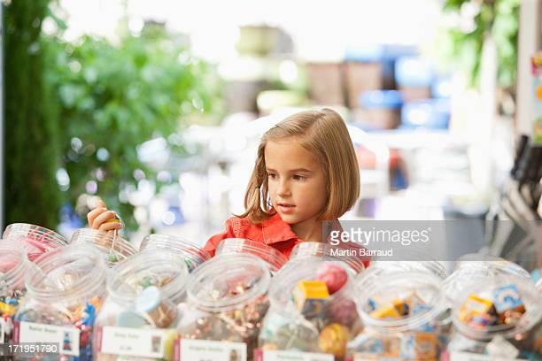 Mädchen shopping im toy store