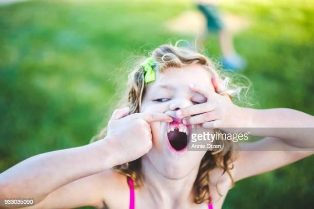 girl showing off missing tooth - personas sin dientes fotografías e imágenes de stock
