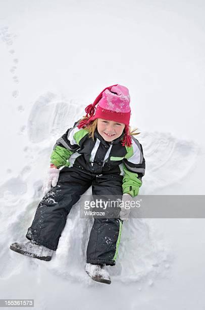 Ragazza Mostra Angelo della neve in inverno