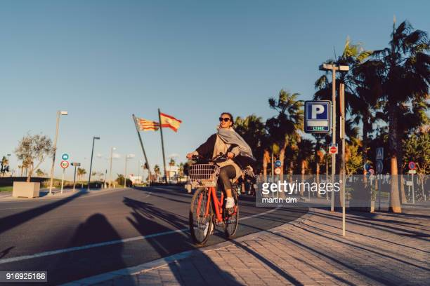 girl sightseeing valencia on bike - valencia spagna foto e immagini stock