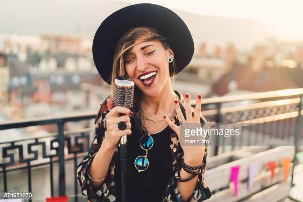 mädchen singen auf party auf dem dach - piercing stock-fotos und bilder