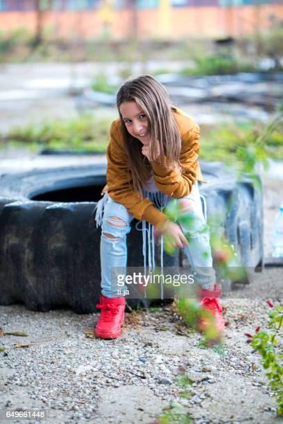 menina localização om um grande pneu - calça comprida - fotografias e filmes do acervo
