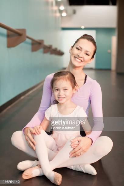 menina sentada no ballet professor de natação - lap dancing imagens e fotografias de stock