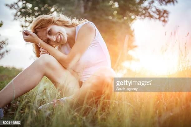 Mädchen sitzen auf Gras