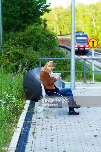 Mädchen sitzt auf einer Bank in der S-Bahn-station