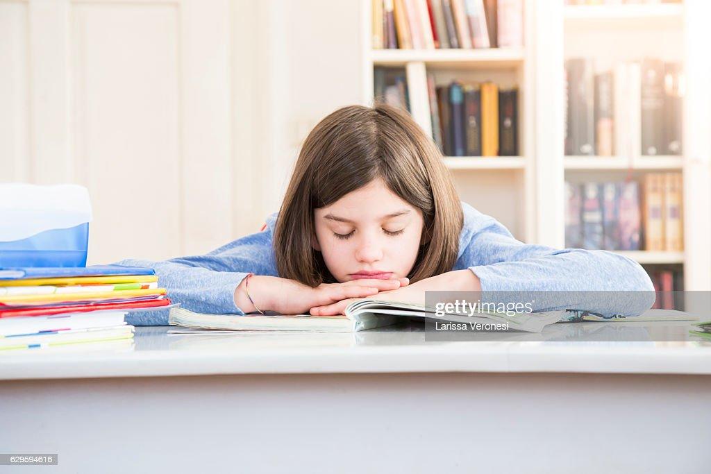 Girl sleeping on her desk and schoolbooks : Stock-Foto