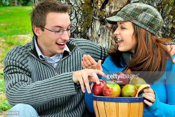 Mädchen zeigt junge Hand, während Du für Apple