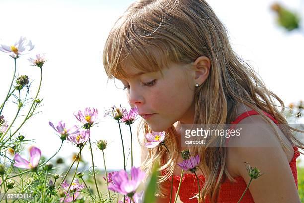Mädchen riechen Blumen