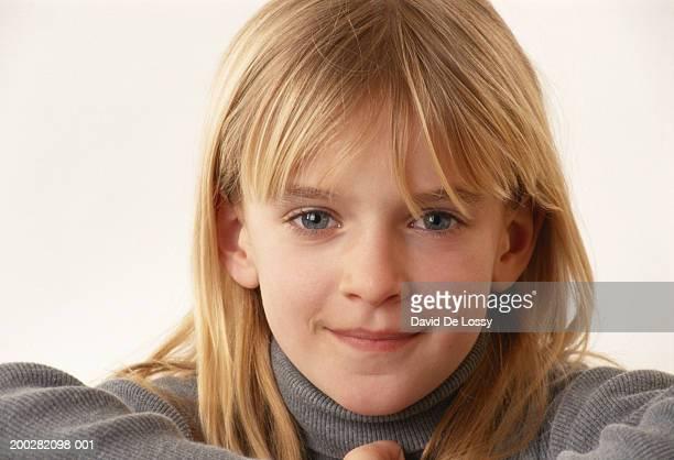 girl (6-7) smiling, close-up - 6 7 años fotografías e imágenes de stock