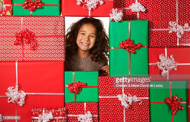 girl smiling in christmas gift fort - 10 11 jaar stockfoto's en -beelden