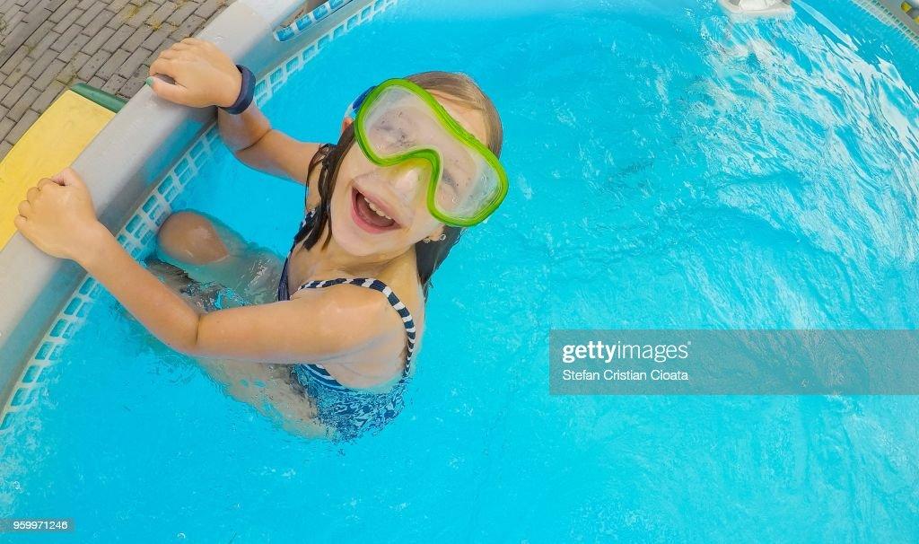 Girl smiling in the pool : Stock-Foto
