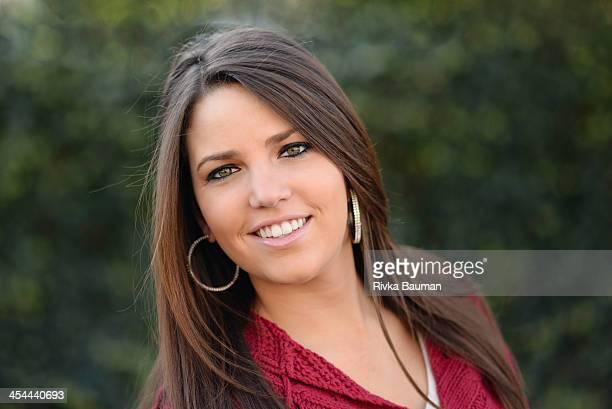 girl smiling. - 輪っかのイヤリング ストックフォトと画像