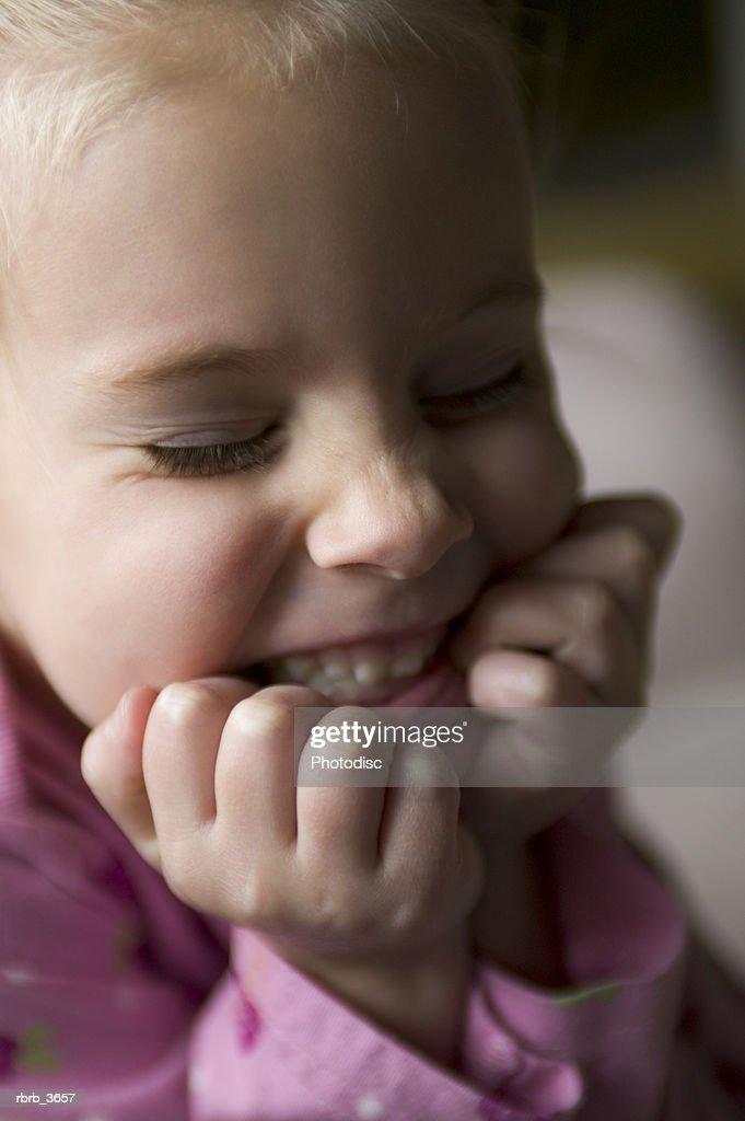 Girl (3-4) smiling : Foto de stock