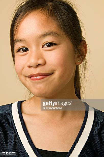 girl (12-13) smiling, portrait - 12 13 jaar stockfoto's en -beelden