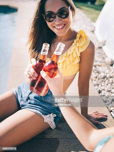 Mädchen lächelnd während wir das neue Jahr mit cooldrink in der Sonne