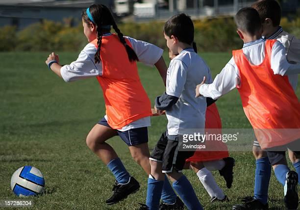 menina jogador de futebol com uma equipa de futebol infantil - caneleira roupa desportiva de proteção imagens e fotografias de stock