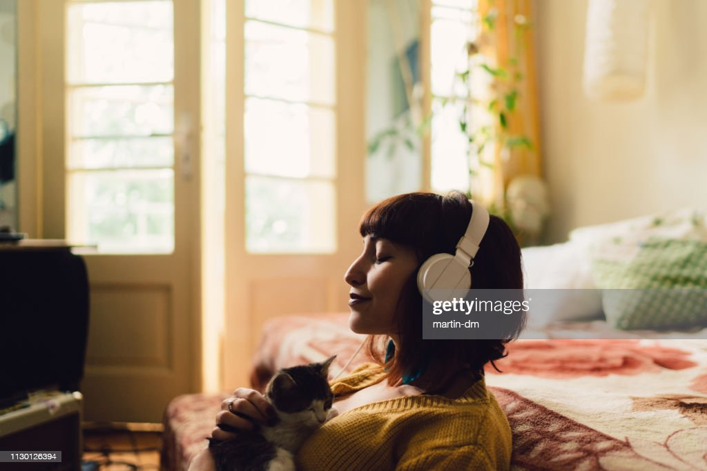 Garota passar o fim de semana em casa : Foto de stock