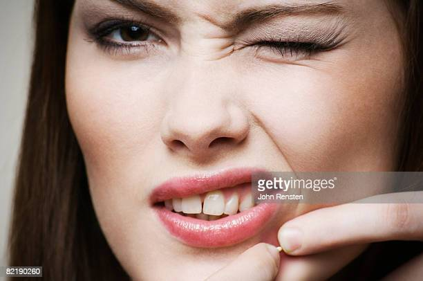 girl squeezing spot - brufoli foto e immagini stock
