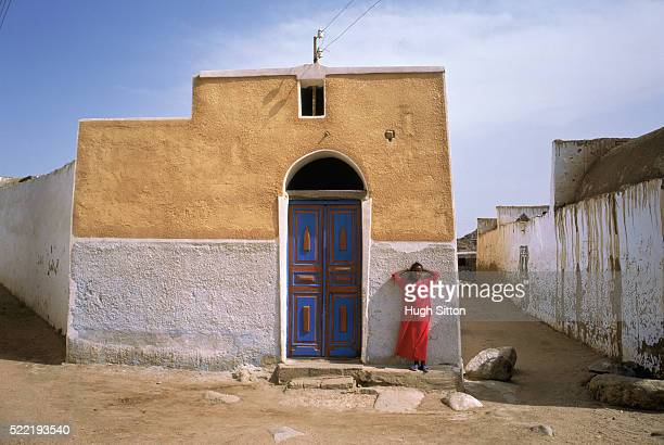 girl standing in front of a house, egypt - hugh sitton stock pictures, royalty-free photos & images