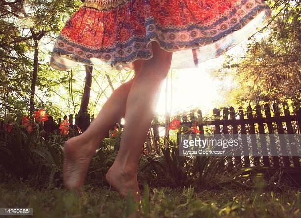 girl standing in garden - jupe photos et images de collection