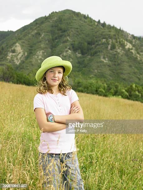 girl (10-11) standing in grassy field, portrait - コロラド州 ニューキャッスル ストックフォトと画像