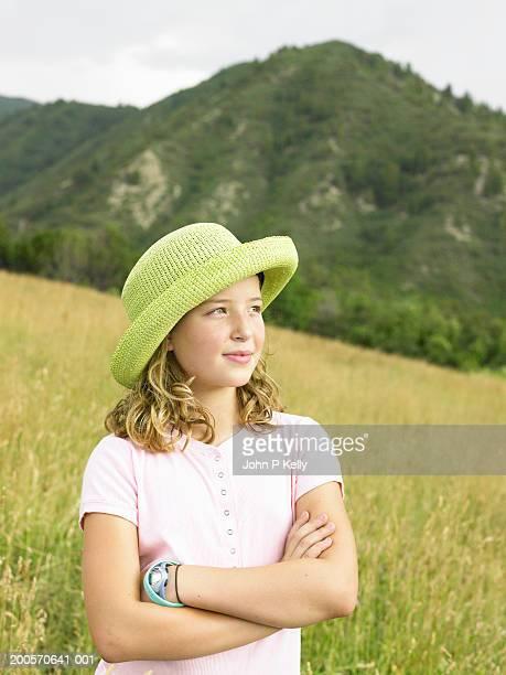 girl (10-11) standing in grassy field, waist up - コロラド州 ニューキャッスル ストックフォトと画像