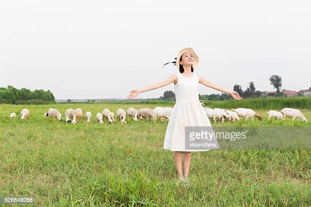 Ragazza in piedi a pasture