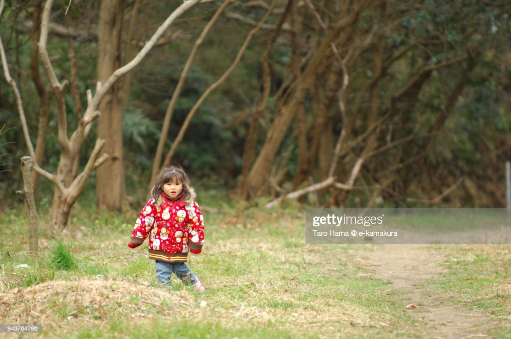 A girl standing in the park in Kamakura in Japan : ストックフォト