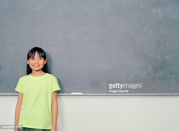 Mädchen Stand in der Nähe von blackboard