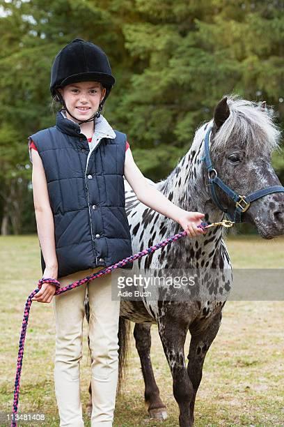 Menina de pé com Cavalo