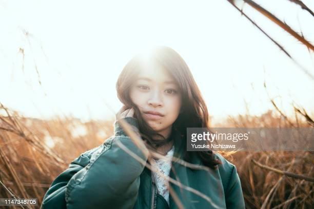 girl staring at here - femme japonaise belle photos et images de collection