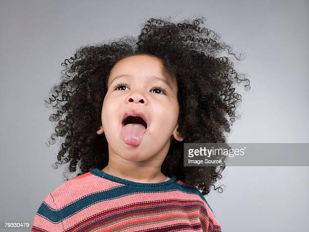 Mädchen Zunge heraus getroffen
